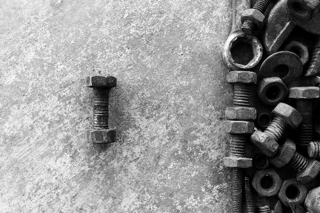 Beaucoup d'acier rouillé sur du ciment