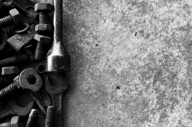 Beaucoup d'acier rouillé sur sol en ciment en noir et blanc