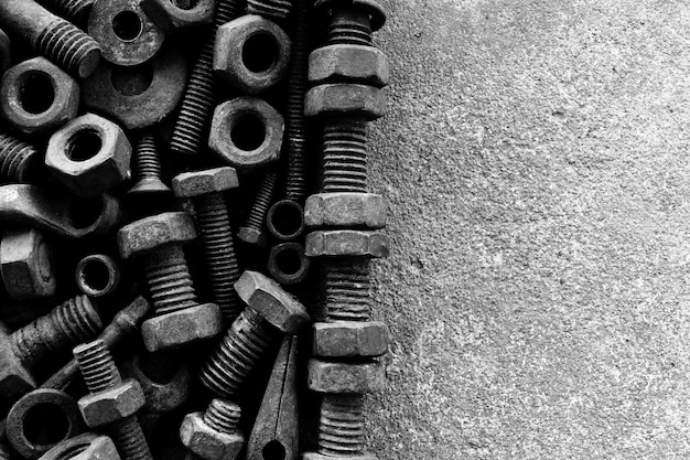 Beaucoup d'acier rouillé sur un sol en ciment en photographie noir et blanc