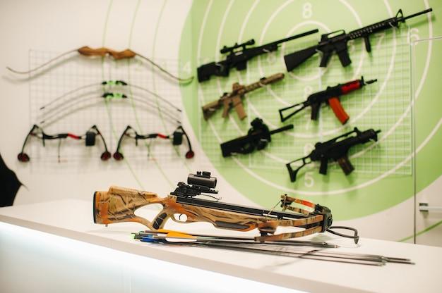 Beaucoup d'armes différentes pour tirer dans le tableau de bord.pistolets à air pour l'entraînement au tir.