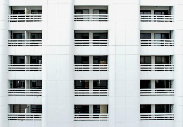 Beaucoup de balcon d'immeuble