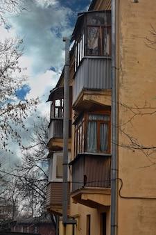 Beaucoup de balcons sur la maison en brique