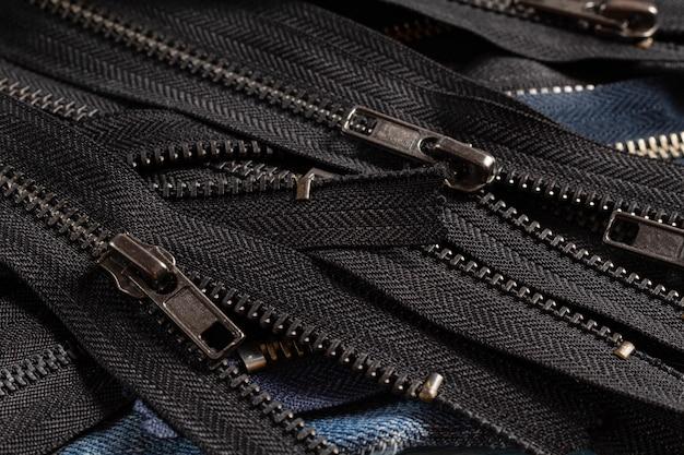 Beaucoup de bandes de fermetures à glissière antiques en laiton noir en métal bleu marine avec curseurs
