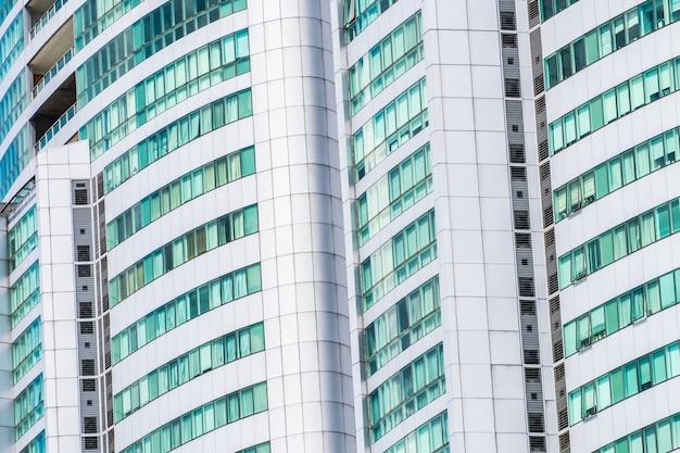 Beaucoup de bâtiments avec des fenêtres en verre
