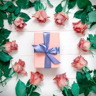 Beaucoup de belles roses sur un tableau noir, un bouquet de roses