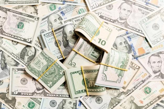 Beaucoup de billets de 100 dollars sur des dollars superposés en surface