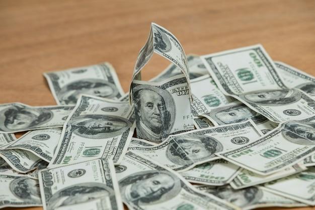 Beaucoup de billets de banque de cent dollars éparpillés sur la table