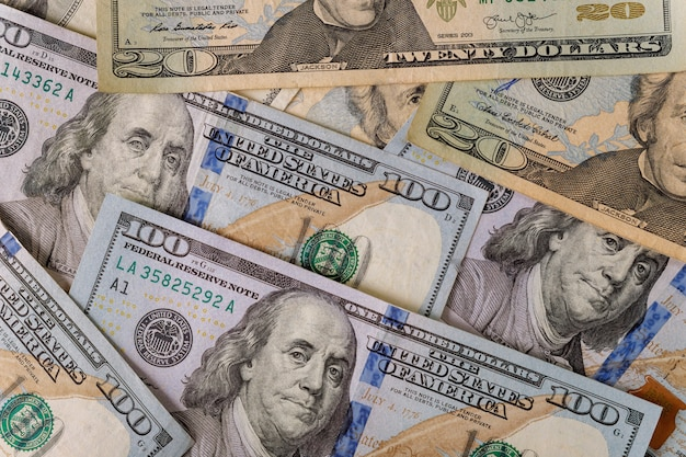 Beaucoup de billets de cent dollars comme toile de fond.