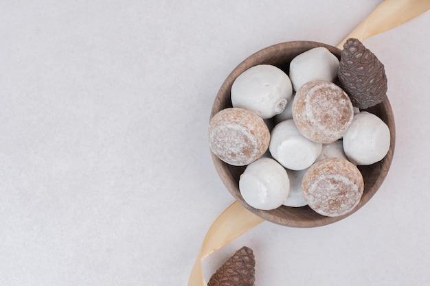 Beaucoup de biscuits sucrés sur plaque de bois
