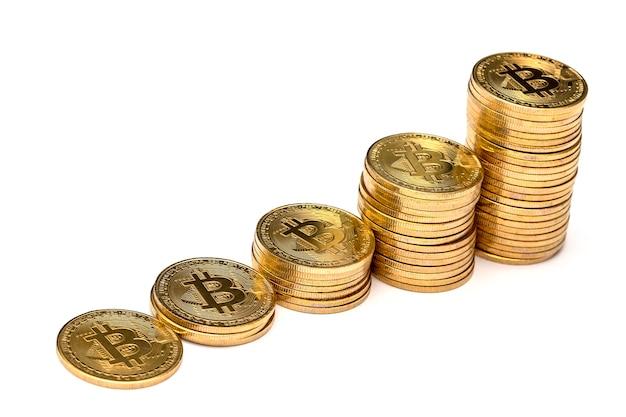 Beaucoup de bitcoin doré brillant sont empilés
