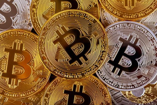 Beaucoup de bitcoins dorés. crypto-monnaie et concept d'argent virtuel
