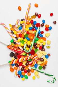 Beaucoup de bonbons colorés