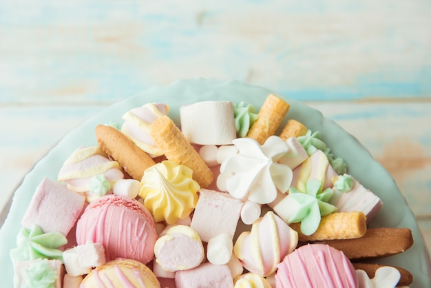 Beaucoup de bonbons: macarons, guimauves, biscuits. la vue d'en haut