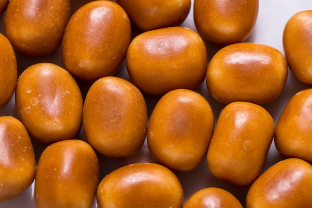 Beaucoup de bonbons sucrés bruns, fond coloré