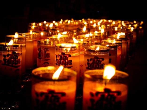 Beaucoup de bougies asiatiques