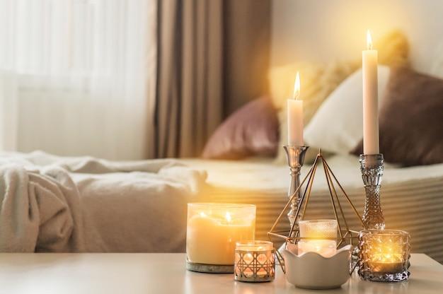 Beaucoup de bougies avec des chandeliers sur le fond de la maison