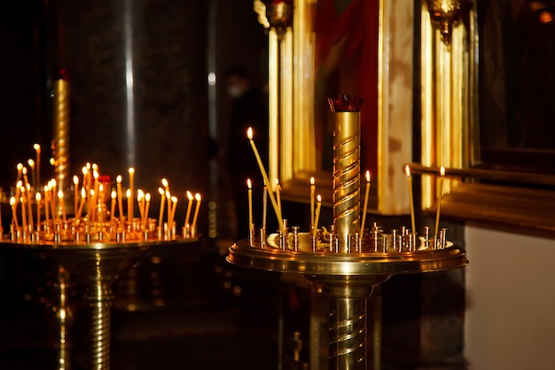 Beaucoup de bougies de cire brûlantes dans une église ou un temple orthodoxe pour la cérémonie de pâques