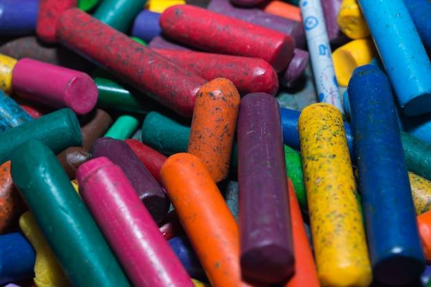 Beaucoup de bougies de couleurs dans le panier