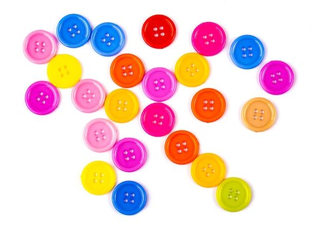Beaucoup de boutons colorés isolés sur fond blanc