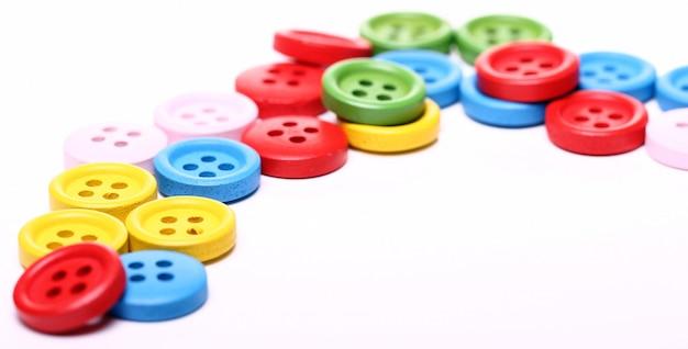 Beaucoup de boutons colorés