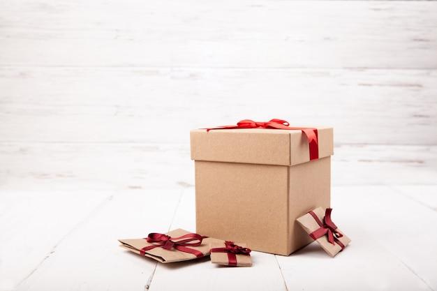 Beaucoup de cadeaux, boîte cadeau artisanale sur bois blanc