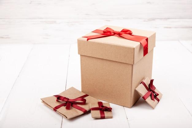 Beaucoup de cadeaux, boîte présente sur bois blanc