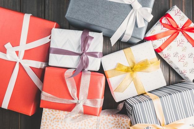 Beaucoup de cadeaux de différentes formes et couleurs