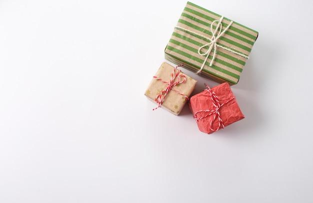 Beaucoup de cadeaux de noël sur fond blanc