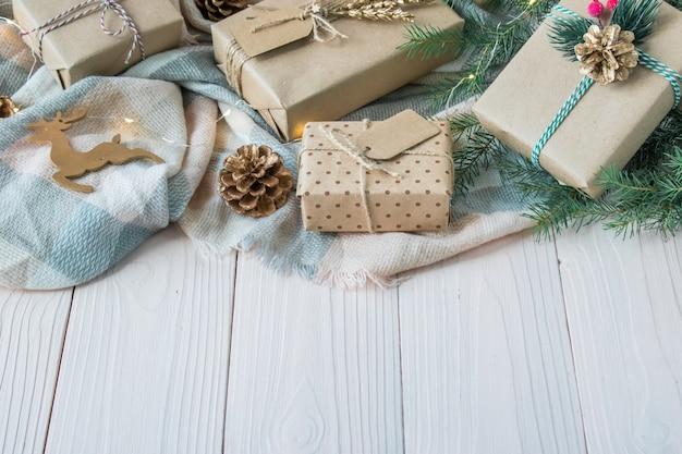 Beaucoup de cadeaux de noël sur une table en bois