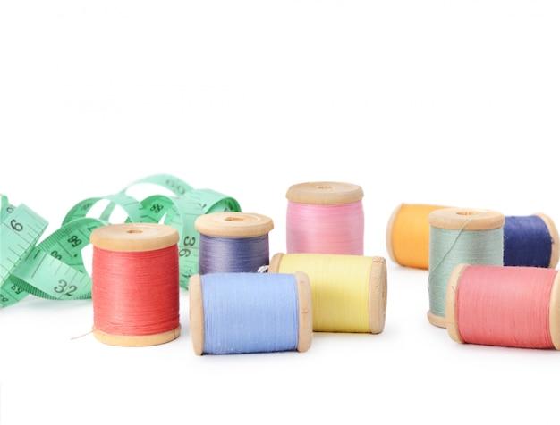 Beaucoup de canettes de fils multicolores isolés. atelier, accessoires de couture