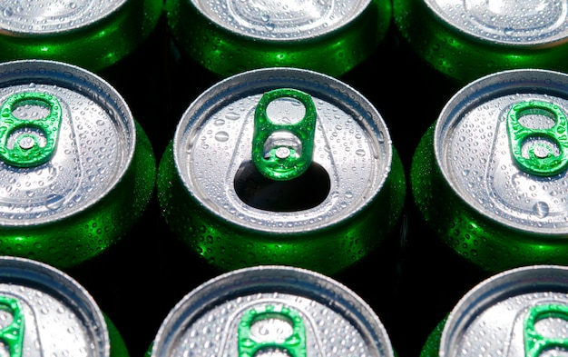 Beaucoup de canettes de soda. l'un est ouvert.
