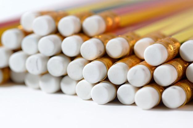 Beaucoup de caoutchouc sur un crayon
