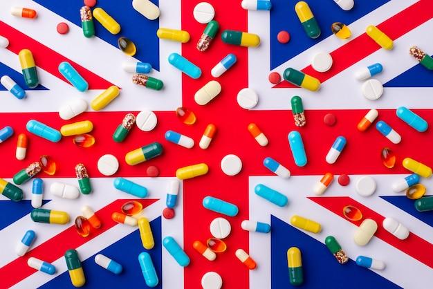 Beaucoup de capsules et de pilules portant sur un drapeau de la grande-bretagne
