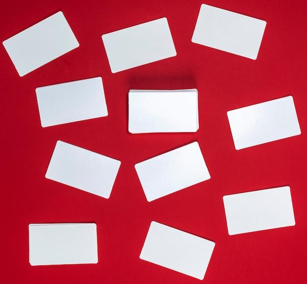 Beaucoup de cartes de visite vierges en papier blanc