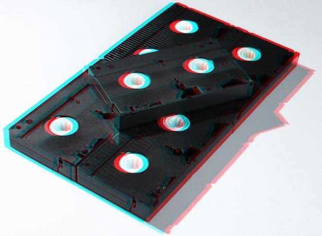 Beaucoup de cassettes vidéo sur blanc. style rétro