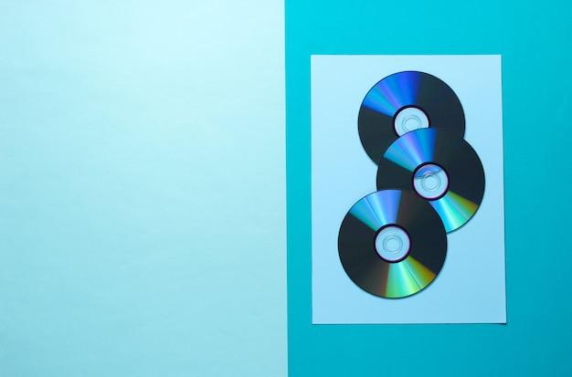 Beaucoup de cd sur une table bleue.