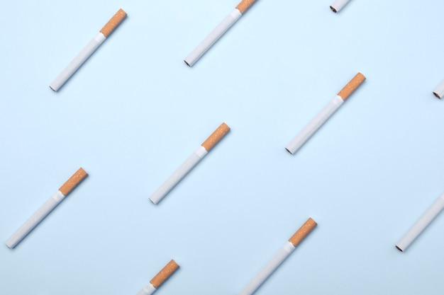 Beaucoup de cigarettes sur bleu
