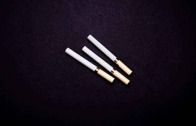 Beaucoup de cigarettes se bouchent sur un fond noir isoler