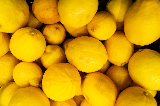 Beaucoup de citrons sont dans un tiroir du magasin