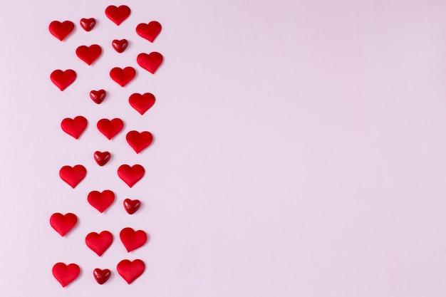 Beaucoup de coeurs rouges sont disposés en plusieurs rangées