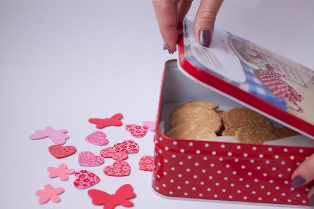 Beaucoup de coeurs sur un tableau blanc. cadeaux pour la saint valentin.