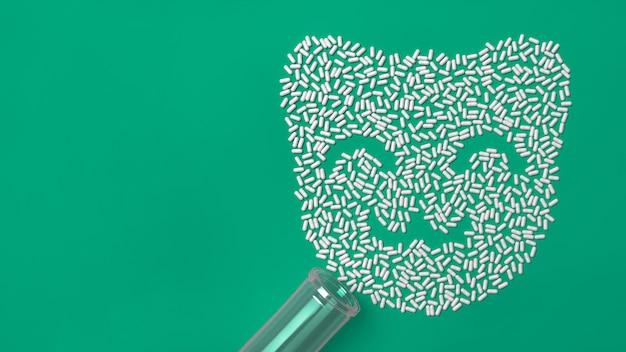 Beaucoup de comprimés émiettés sous la forme d'une silhouette d'un chaton.