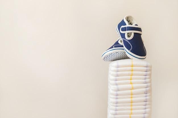 Beaucoup de couches et chaussons pour bébés. nouveau-né, couches, écologie.