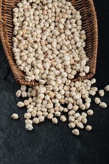Beaucoup de couleur blanche de haricots non cuits isolés en studio.