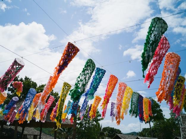 Beaucoup de couleurs d'art en papier mélangées décorées en plein air au marché ouvert