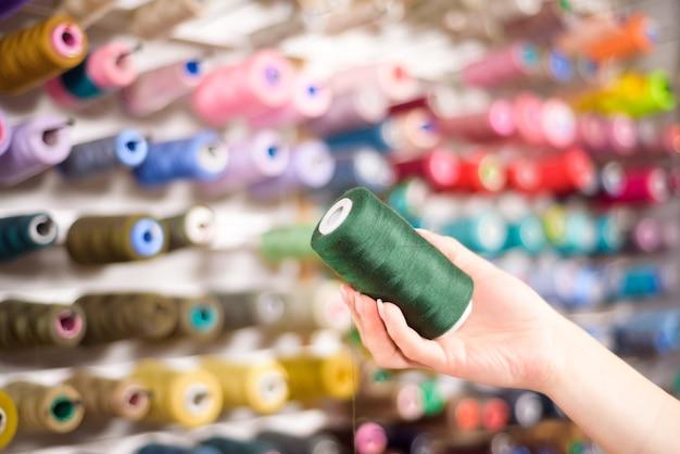 Beaucoup de couleurs différentes dans un atelier de couture