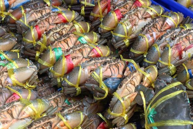 Beaucoup de crabes vivants étant liés au marché pour la vente