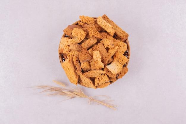 Beaucoup de craquelins sur panier avec épi de blé.