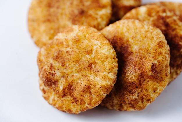 Beaucoup de crêpes frites maison