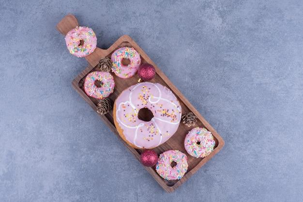 Beaucoup de délicieux beignets aux pommes de pin sur une planche de bois